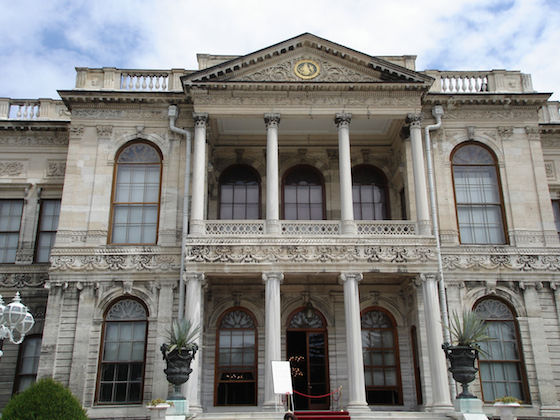 istanbul_dolmabahce_entrance.jpg