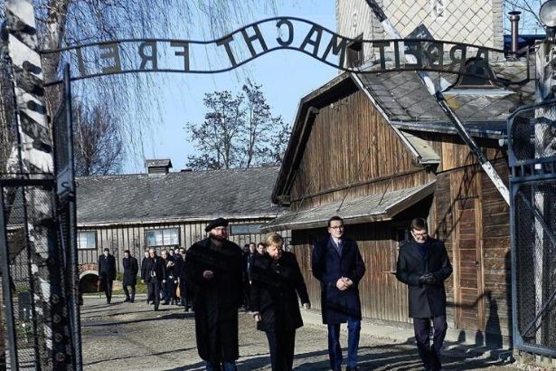 Merkel'den Auschwitz'e erken ziyaret