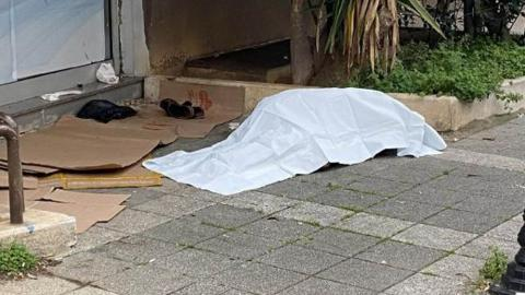 Kadıköy Caferağa'da bir kişi sokakta ölü bulundu