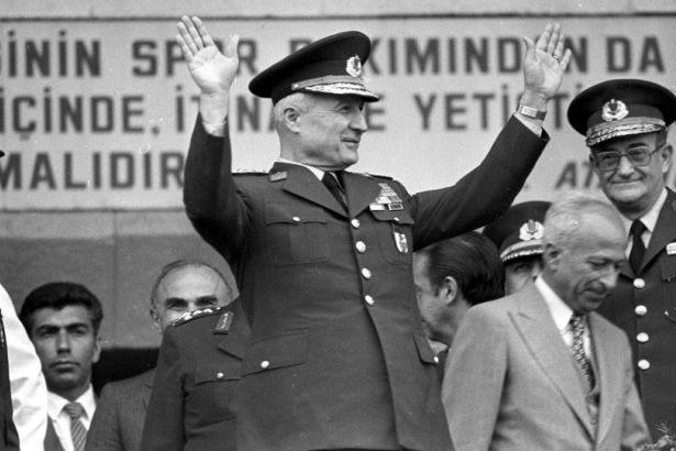 Alttaki umudun çocuğu Berkin Elvan'ın cenazesinden, üstteki bir faşist katil diktatör bozuntusu ABD uşağı Kenan Evren'in.