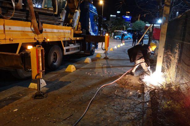 İstanbul Büyükşehir Belediyesi zabıta ekiplerinden Kadıköy Belediyesi'nin ilan panolarına operasyon