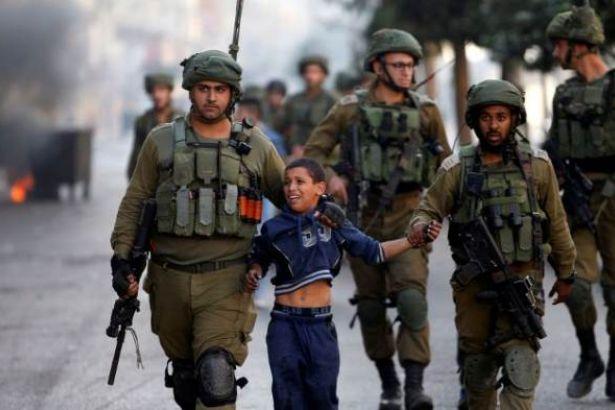 İsrail askerleri 7 yaşlarındaki çocuğu gözaltına aldı