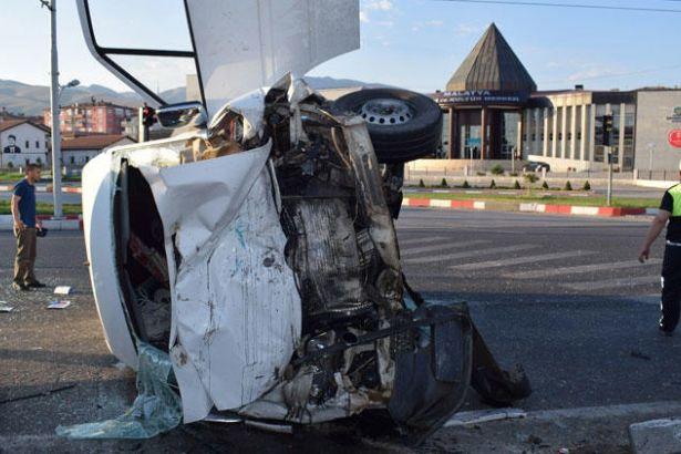 Tarım işçilerini taşıyan servis kaza yaptı: Dördü ağır 12 işçi yaralı