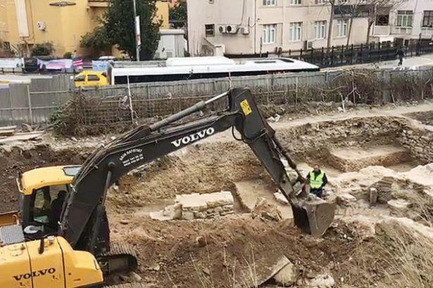 Eski Roma hamamı ve mimari kalıntılar kepçeyle parçalandı