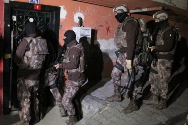 Diyarbakır'daki ev baskınlarında yurttaşların, ölüm tehditleri, cinsiyetçi küfürler ve saatlerce süren işkenceyle karşı karşıya kaldıkları belirtildi.