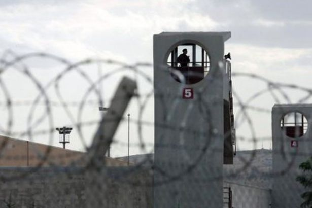 """Koronavirüs sürecinde cezaevlerinde hak ihlallerinin arttığına dikkat çeken ÖHD'li avukat Şükran Öztürk, """"Cezaevleri virüsten değil, toplumdan tecrit edildi"""" dedi."""
