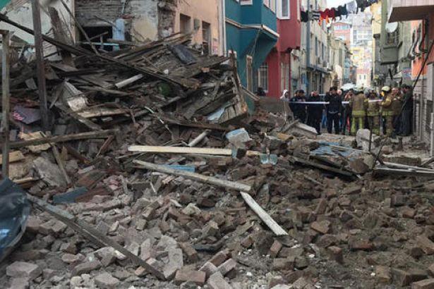 Fatih'te üç katlı bina çöktü