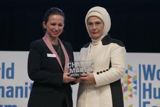 Emine Erdoğan'a ödülü kim verdi?