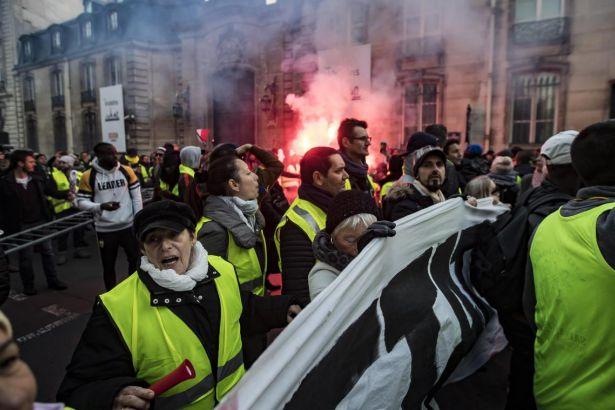 Fransa'da TRT kamerasını afallatan protesto: 'Macron da gidecek, Tayyip de gidecek'