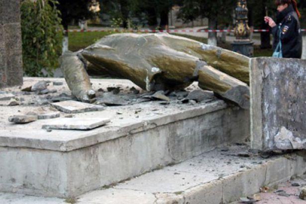 Fa�istler K�r�m'da Lenin heykelini y�kt�