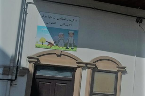 Bolu'da bir garip okul: Tabelası Arap harfleriyle, görünümü medrese...