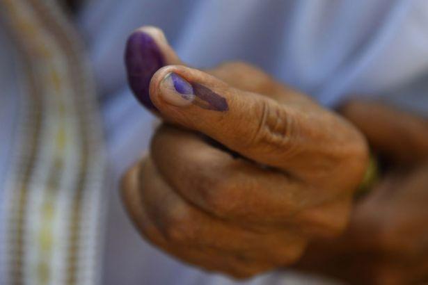 Yanlışlıkla iktidar partisine oy verince parmağını kesti