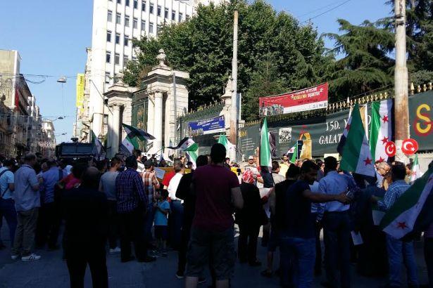 Taksimde ÖSO bayraklarıyla protesto
