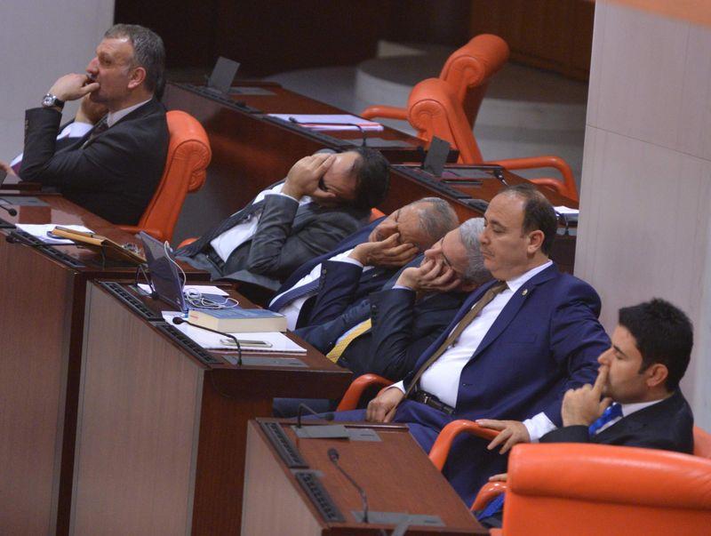 1 Ekim'de açılacak olan Meclis'in gündeminde AKP-MHP ittifakının muhalefetin önünü kesmeye yönelik Siyasi Patiler Kanunu ve Seçim Yasası'nda yapılmasını planladığı değişiklikler ile savaş tezkereleri olacak.